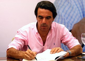 camisa rosa firma libros