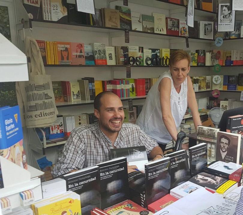 Antonio Pampliega y su libro en la oscuridad en la feria del libro