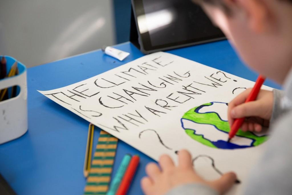 Niños pancarta clima OMS