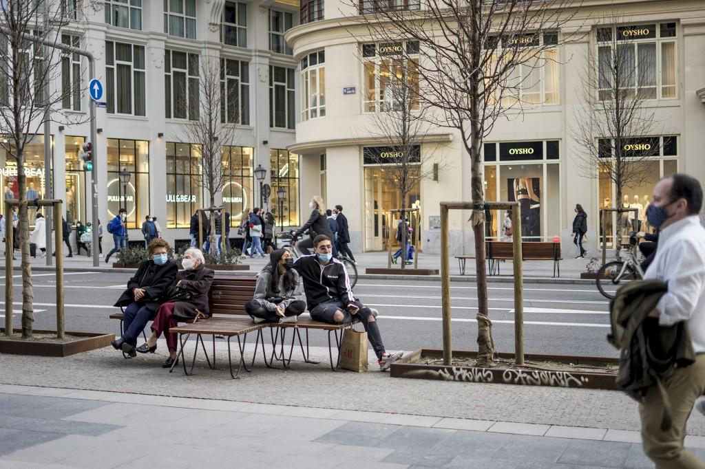 Madrid gente en Gran Vía durante la pandemia con mascarilla
