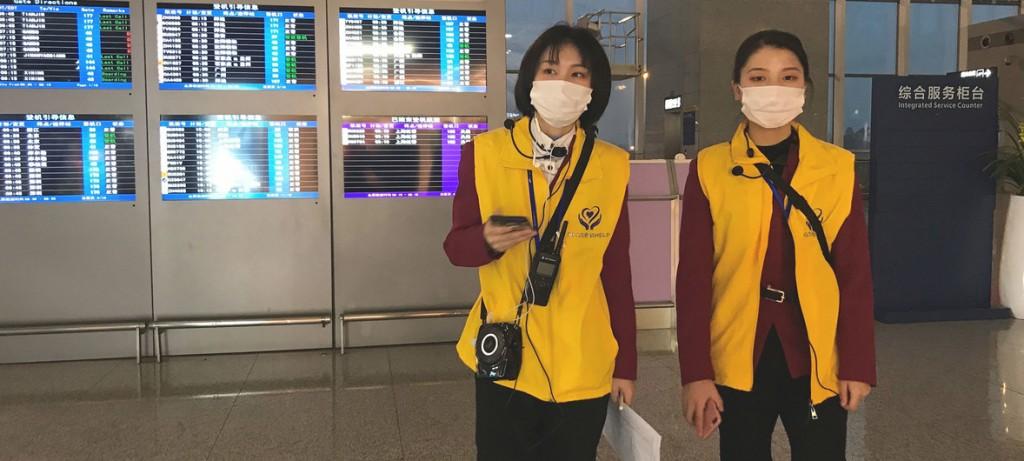 ONU - Trabajadoras del aeropuerto de Chengdu en China se protegen del coronavirus