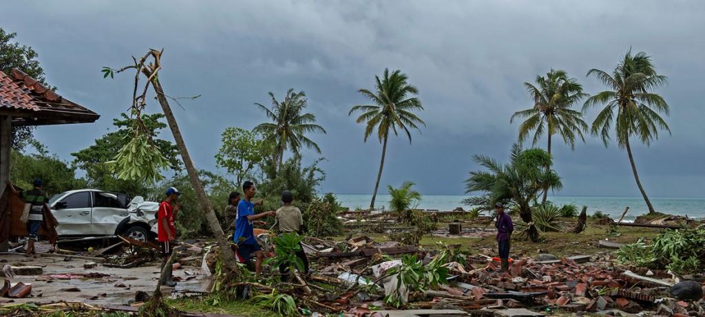 UNICEF/Arimacs Wilander Supervivientes de un tsunami en Indonesia buscando entre los escombros a famliares desaparecidos y sus posesiones. 24 de diciembre de 2018.