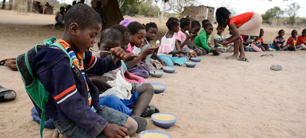 UNICEF Niños comiedo en una escuela de la provincia de Maputo en Mozambique