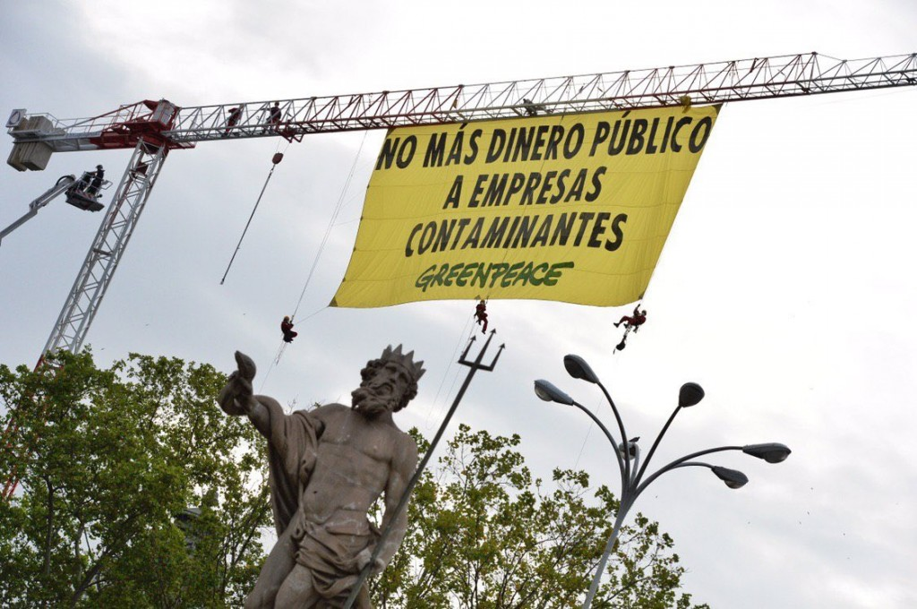 accion greenpeace no mas dinero publico a empresas contaminantes