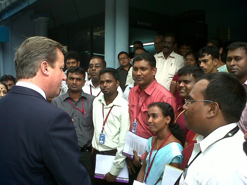 Cameron durante una visita a la redacción de Uthayan