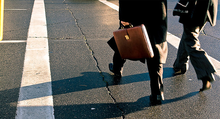 ejecutivo-maletin-calle