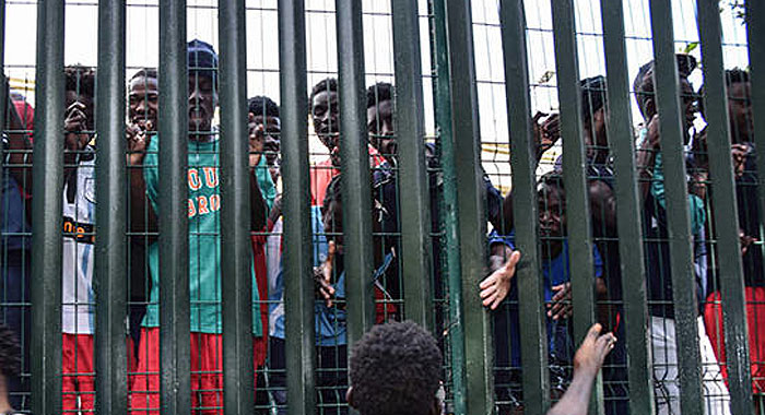 inmigrantes-valla-frontera