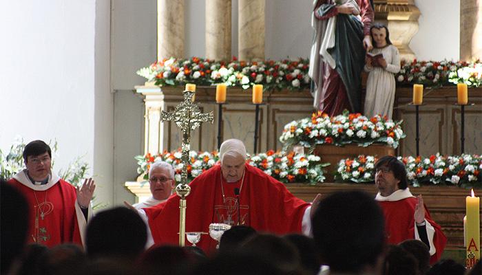 sacerdote-misa-iglesia