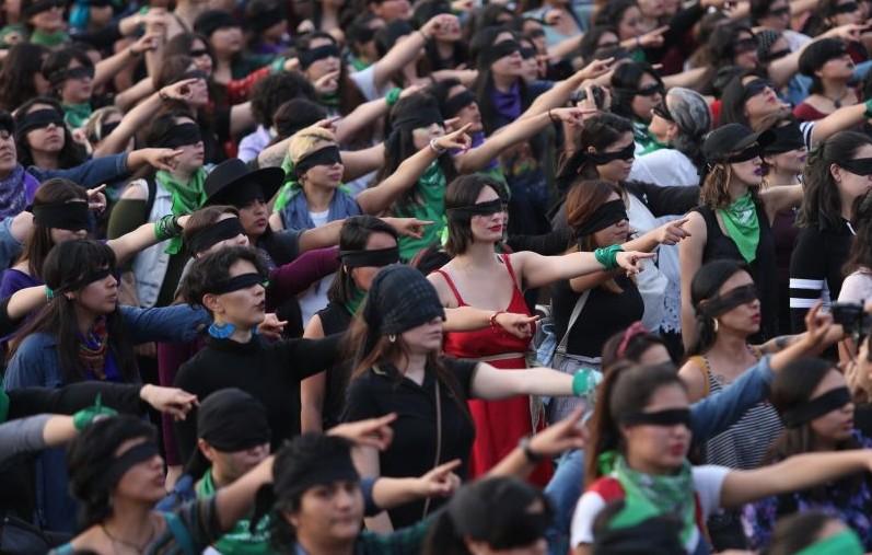 Miles de mujeres presentan un performance contra violencia machista en México