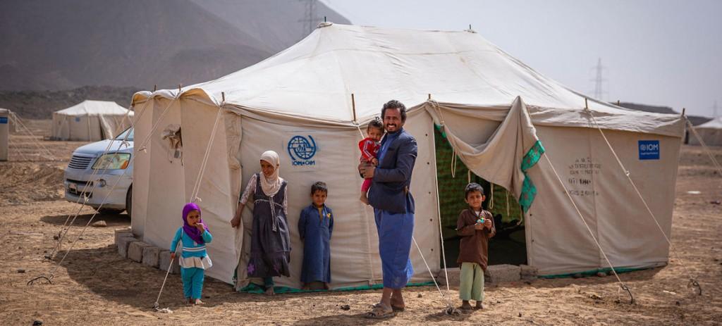 yemen un padre con sus hijos en campo de desplazados OIM